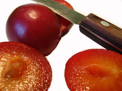 plums_knife1